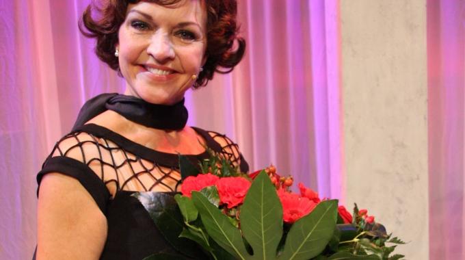 Mariska van Kolck wordt vaste vervanger van Simone Kleinsma, in Moeder ik wil bij de revue