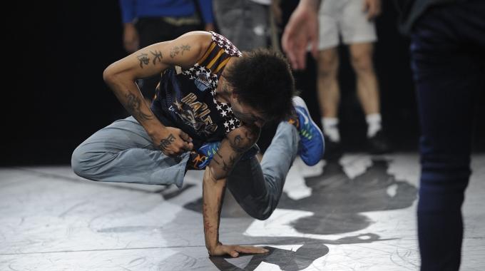 Cirque Éloize start repetities voor shows iD in  Koninklijk Theater Carré