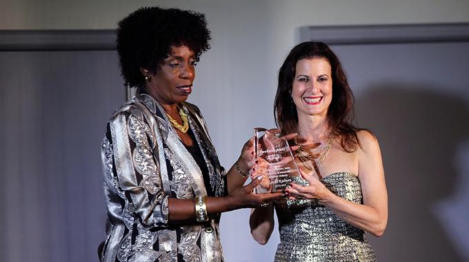 Nederlandse actrice Paulette Smit ontvangt Curaçaose plakkaat van erkenning