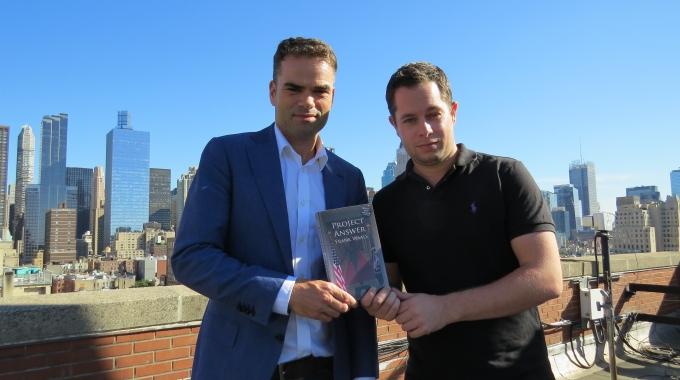 Erik Mouthaan ontvangt in New York 1e exemplaar PROJECT ANSWER
