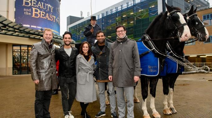 Cast Disney's Beauty and the Beast verwelkomd door wethouder Karsten Klein in Den Haag