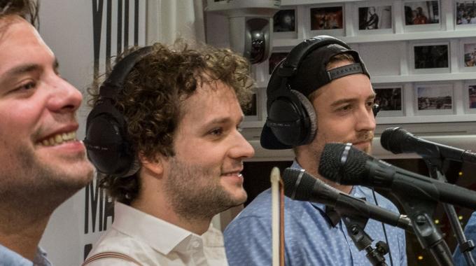 JukeBoxBoys brengen musicalmedley op Qmusic voor Frits Sissing