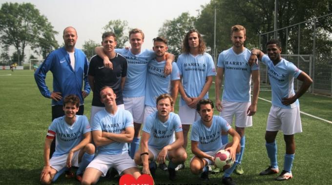 All Stars cast wint het eerste All Stars voetbaltoernooi!