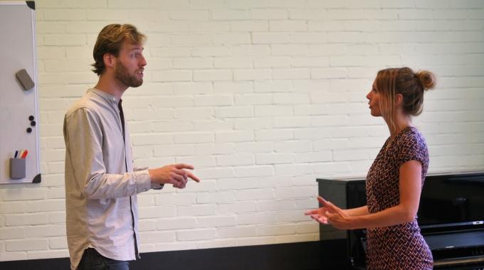 Musicalacteurs theaterspektakel Stork! brengen single uit Single 'Wat Als' ode aan Twentse maakindustrie