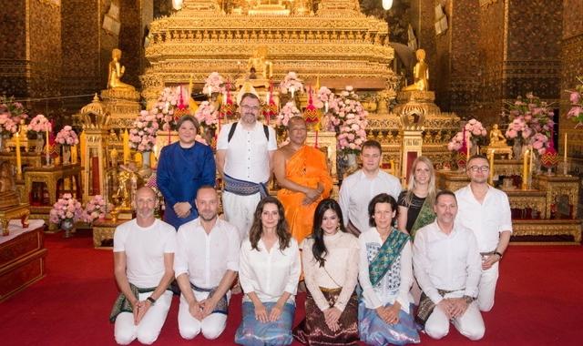 Pia Douwes ontvangen in Koninklijke Tempel in Bangkok