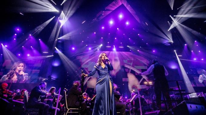 Trijntje Oosterhuis doet legendarische opening van de Amsterdam ArenA in rode jurk nog eens dunnetjes over in een uitverkocht Ziggo Dome