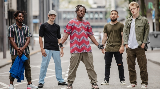 EIND SEPTEMBER OP TOURNEE      OPENHARTIGE BREAKDANCEPERFORMANCE B-BOY