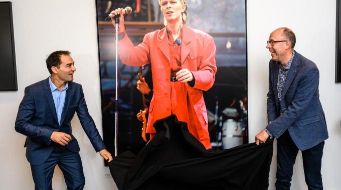 Lazarus-acteur Dragan Bakema opent exclusieve David Bowie fototentoonstelling in DeLaMar Theater